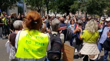 les-manifestants-rassembles-devant-la-prefecture-de-bour_002