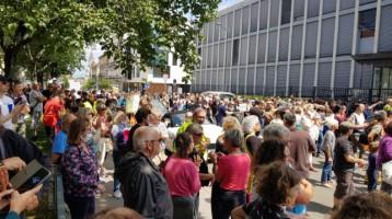 les-manifestants-rassembles-devant-la-prefecture-de-bour_003