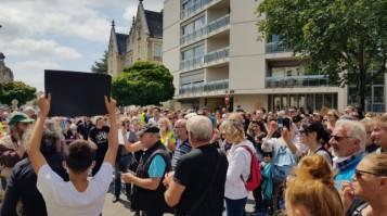 les-manifestants-rassembles-devant-la-prefecture-de-bour_004