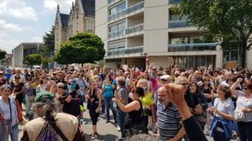 les-manifestants-rassembles-devant-la-prefecture-de-bour_005