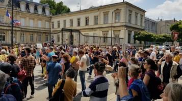 les-manifestants-rassembles-devant-la-prefecture-de-bour_006