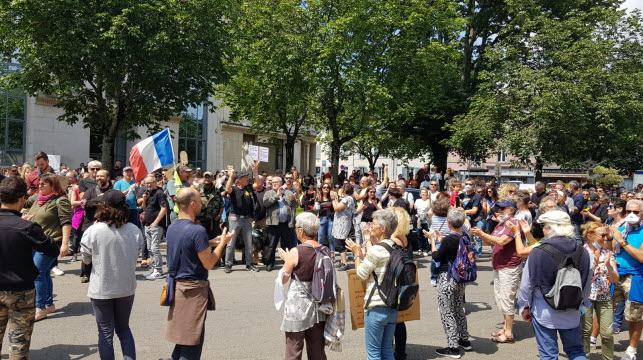 les-manifestants-rassembles-devant-la-prefecture-de-bourg-en